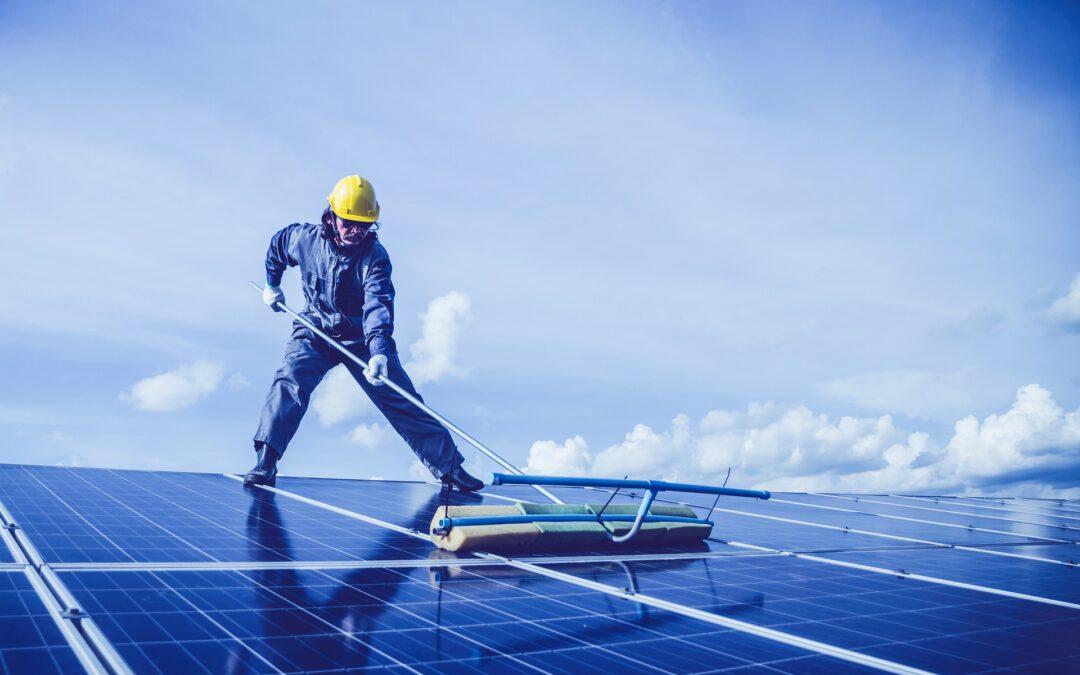 Zonnepanelen schoonmaken: wel of niet nodig?